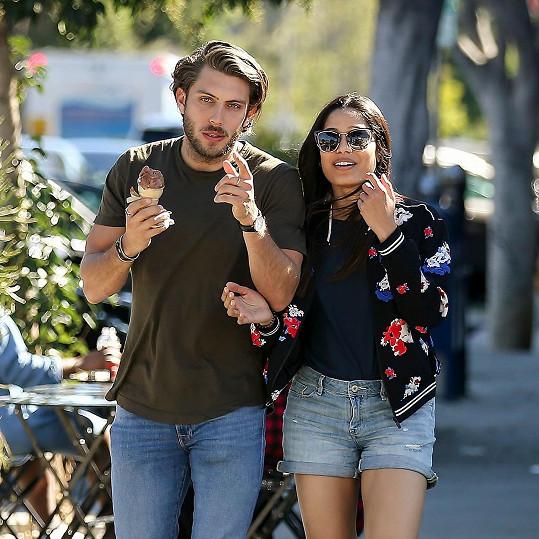 Herečka Freida Pinto oznámila zásnuby s fotografem Corym Tranem.