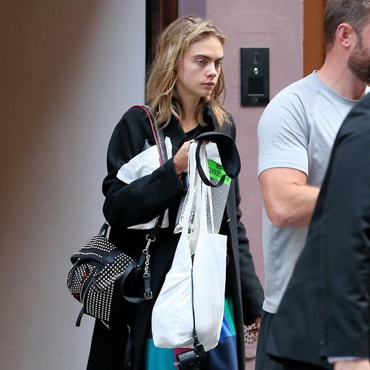 Cara Delevingne měla při odchodu od Taylor Swift nepřítomný pohled a očividně toho moc nenaspala.
