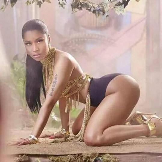 Nicki je na své křivky hrdá.