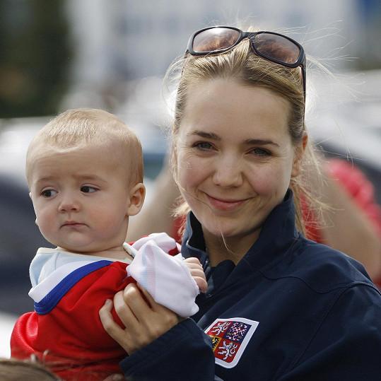 Lucie Vondráčková s Matyášem, který nezapře podobu s tatínkem Tomášem Plekancem.