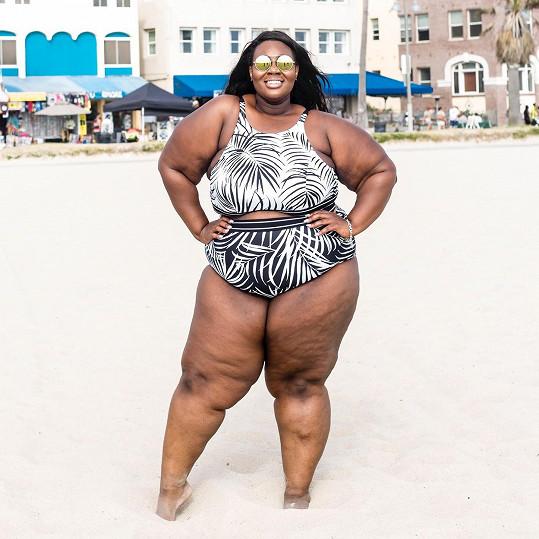 Simone ví, že je tlustá. A nic si z toho nedělá.