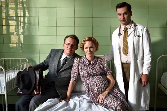 Rodinný přítel se odehrává ve 40. letech za německé okupace. Tři mladé ženy a dvě děti čekají na návrat svých vězněných mužů a otců. Válkou vynucenému rodinnému společenství tří sester obětavě pomáhá rodinný přítel a lékař Jiří.