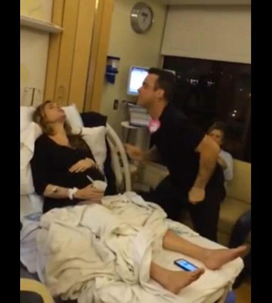 Zpíval jí, když měla bolesti.