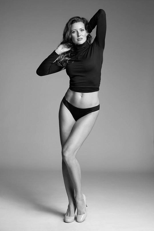 Předvedla sportem vytvarované nohy.