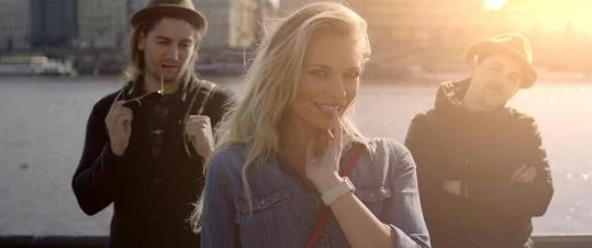 Moderátorka se stala hvězdou videoklipu Honzy Kopečného a Petra Ryšavého.