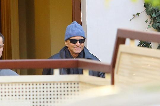 Michael Douglas v Praze natáčí film.