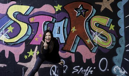 Graffiti snímkům dodávají rockový ráz.