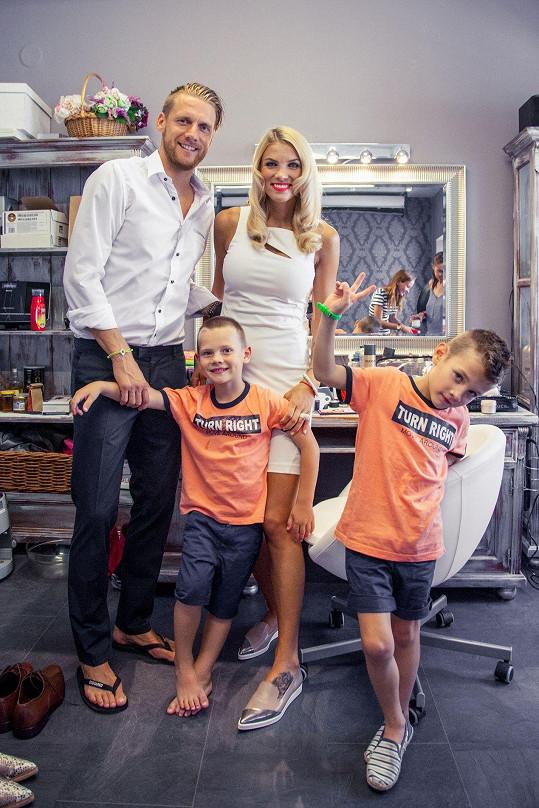 Manžel Radek působí jako trenér v Opavě, a Klára se tak stará o děti a domácnost.