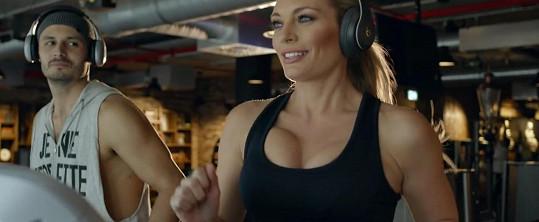 V klipu kapely vystavila ženské zbraně.