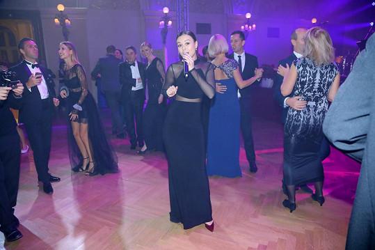 Monika při vystoupení na plese