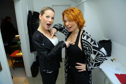 Gemrotová s Noskovou si prsa navzájem okukovaly.