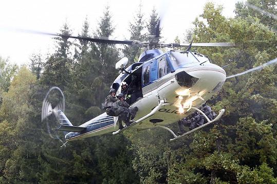 Slaňovali z vrtulníku.