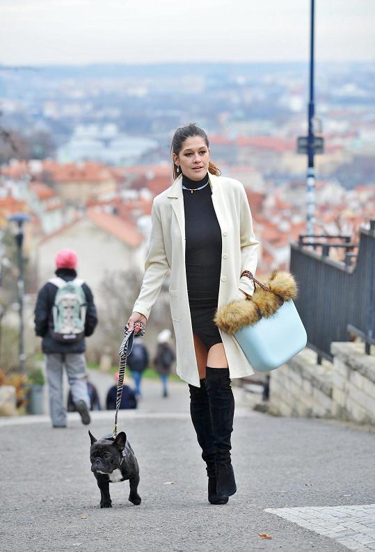 Petra Faltýnová venčí psa stylově.