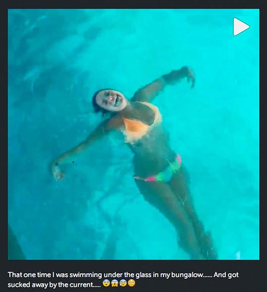 Lovato se už nestydí jít do plavek.