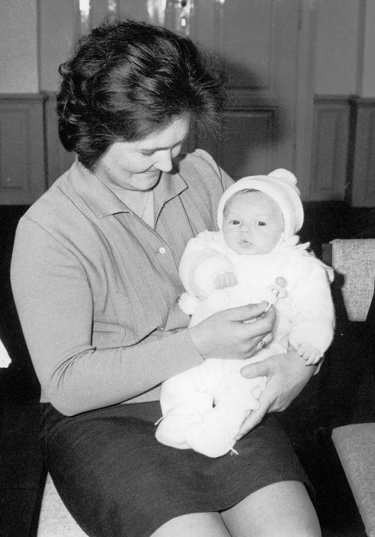 Pavel Kožíšek v náručí maminky