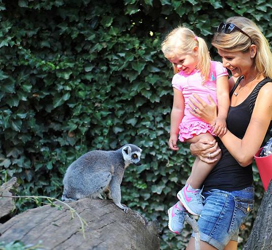 Iveta Vítová s dcerkou v zoologické zahradě