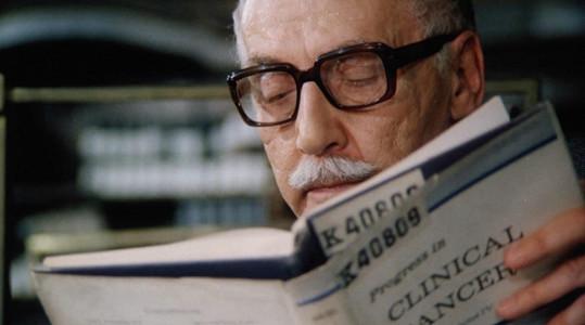 Miloš Kopecký jako profesor kunsthistorie Karel Svozil ve filmu Prodloužený čas (1984)
