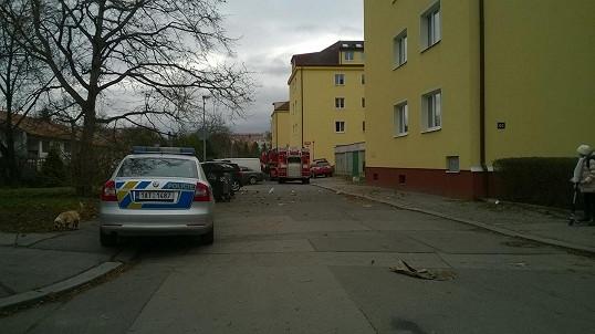 Policie a hasiči před domem, kde Novák bydlí.