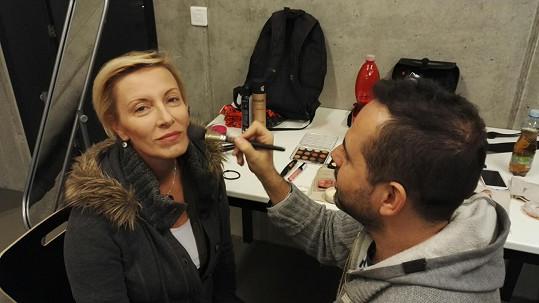 Renata v maskérně před začátkem natáčení