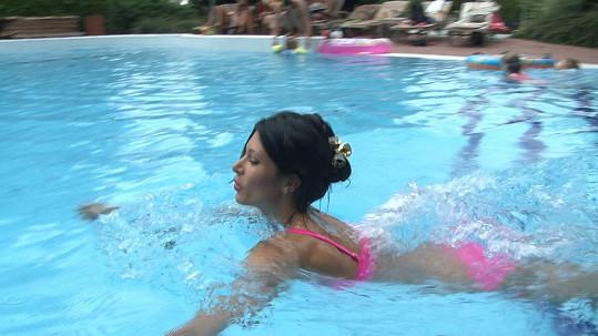 Julča si často užívá u soukromého bazénu smíchovského golfového klubu.