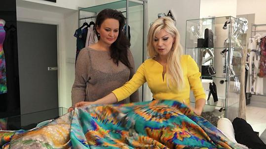 Herečce se zalíbilo hedvábí, které si návrhářka objednala v Paříži.