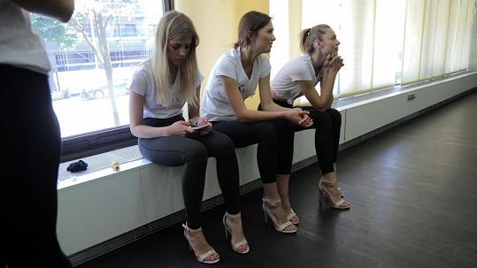Některé dívky běžně na takových vysokých podpatcích nechodí.