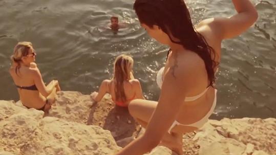 V klipu k písni Každý deň se to hemží pohlednými děvčaty.