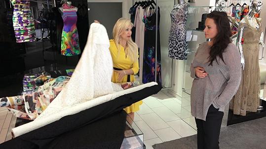 Jitka Čvančarová na zkoušce šatů v butiku Natali Ruden.