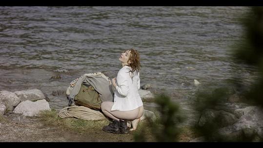 Vica Kerekes ukázala ve filmu Tenkrát v ráji zadeček.