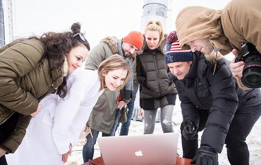 Simona coby ambasadorka České Miss dohlížela na focení finalistek Benem Renčem.