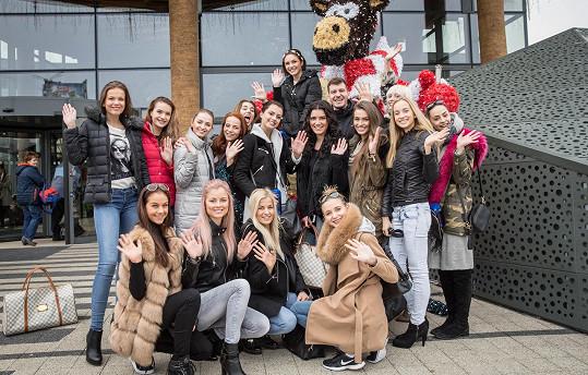 Mezi pracovními povinnostmi mají finalistky České Miss čas i na zábavu.