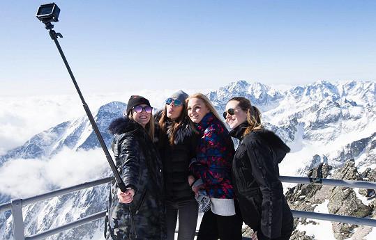 Missky Kotková, Švantnerová, Fajsková a Čerešňáková během společné selfie na Lomnickém štítu