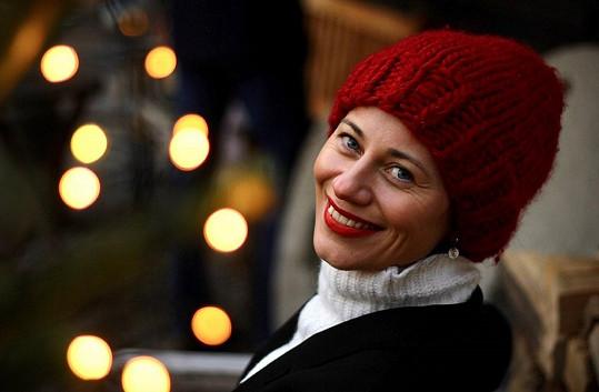 Dáša Zázvůrková si přála mít popovější a veselejší koledu. Vánoční čas je příběh o kaprovi, který se odehrává na zasněžené pražské náplavce.