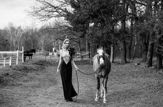 K focení si Vernerová našla cestu přes svého přítele, fashion fotografa z Los Angeles.