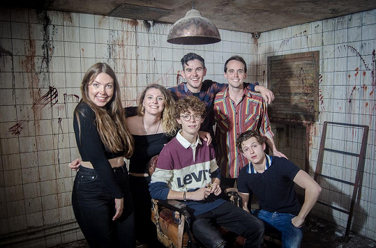 Tom Holland (vpravo dole) s přáteli navštívil strašidelný dům v Praze.