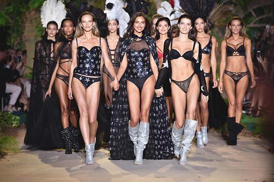 Během přehlídky se na mole jako první zjevila Irina Shayk. Kromě Iriny vyšlo na molo 25 modelek včetně ikonických krásek Isabeli Fontana a Anne V.