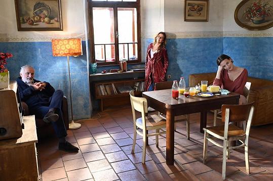 V klipu Anety Langerové Dvě slunce hraje Anna Fialová, v druhém klipu Bílý den Miloslav Mejzlík.