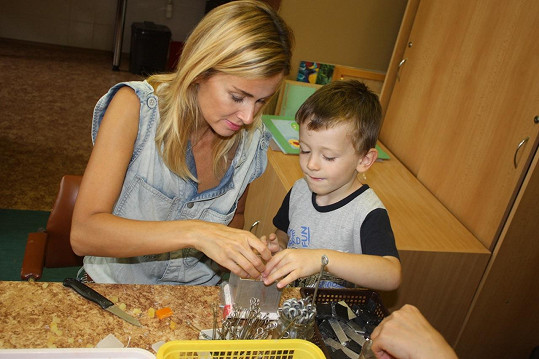 Do ústavu ji doprovázel její starší syn Michal.