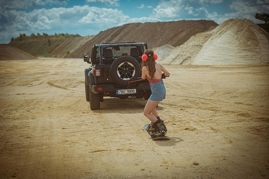 Zajezdila si přitom na snowboardu taženém jeepem.