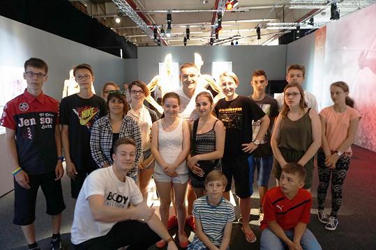 S dětmi vyrazil na návštěvu také Vladimír Hron, který Veroničin fond podporuje.