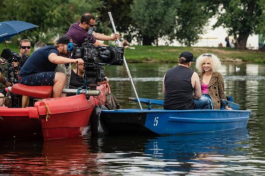 Natáčelo se i na lodičce na Vltavě.