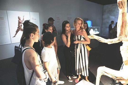 Modelka s dětmi ze svého fondu