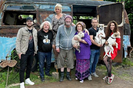 Ve filmu o toulavém psovi si zahraje celá řada známých herců.