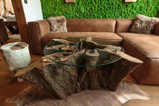 V bytě je spousta doplňku z masivních kusů dřeva.