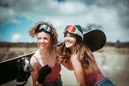 Druhou dívkou v klipu byla všestranná umělkyně Aneta Kernová (vlevo)