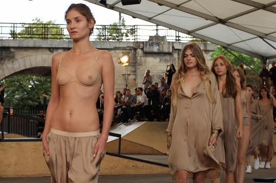 Lucie během defilé na fashion weeku jen v transparentní podprsence