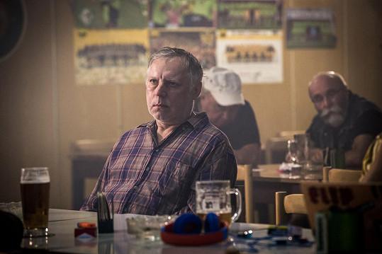 V seriálu hraje alkoholem posilněného kněze.
