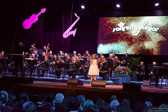 Nela zpívala za doprovodu symfonického orchestru.