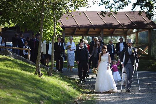 Nevěsta měla bílé klasické šaty, ženich si vzal cylindr.