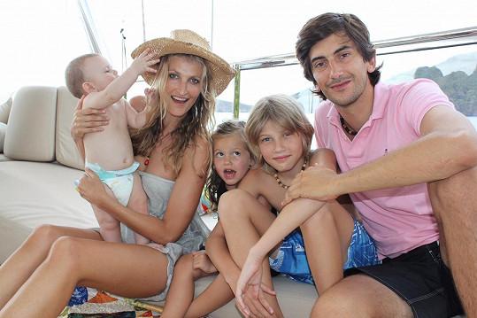 Tereza se svým partnerem Burakem Oymenem, tureckým podnikatelem, s nímž má dceru Mínu a syna Aidena. Z předchozího vztahu má syna Tobiase. Archivní foto